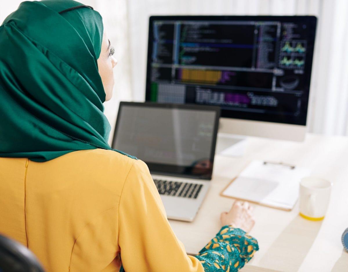 berufe der zukunft frau coding entwickler hijab