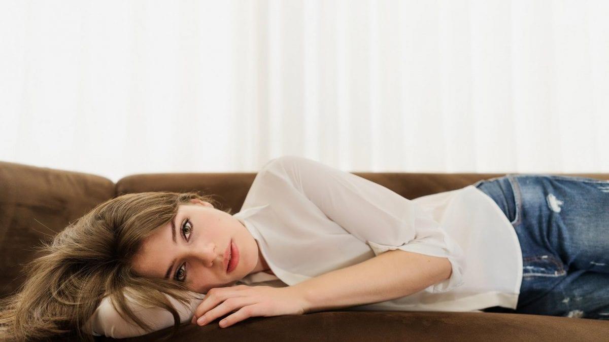 frau auf sofa liegend hochsensibilität