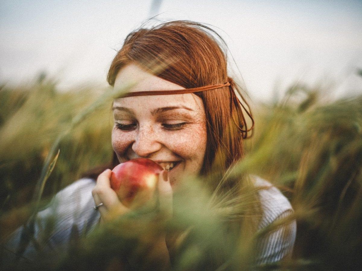 Apfelessig Frau mit Apfel