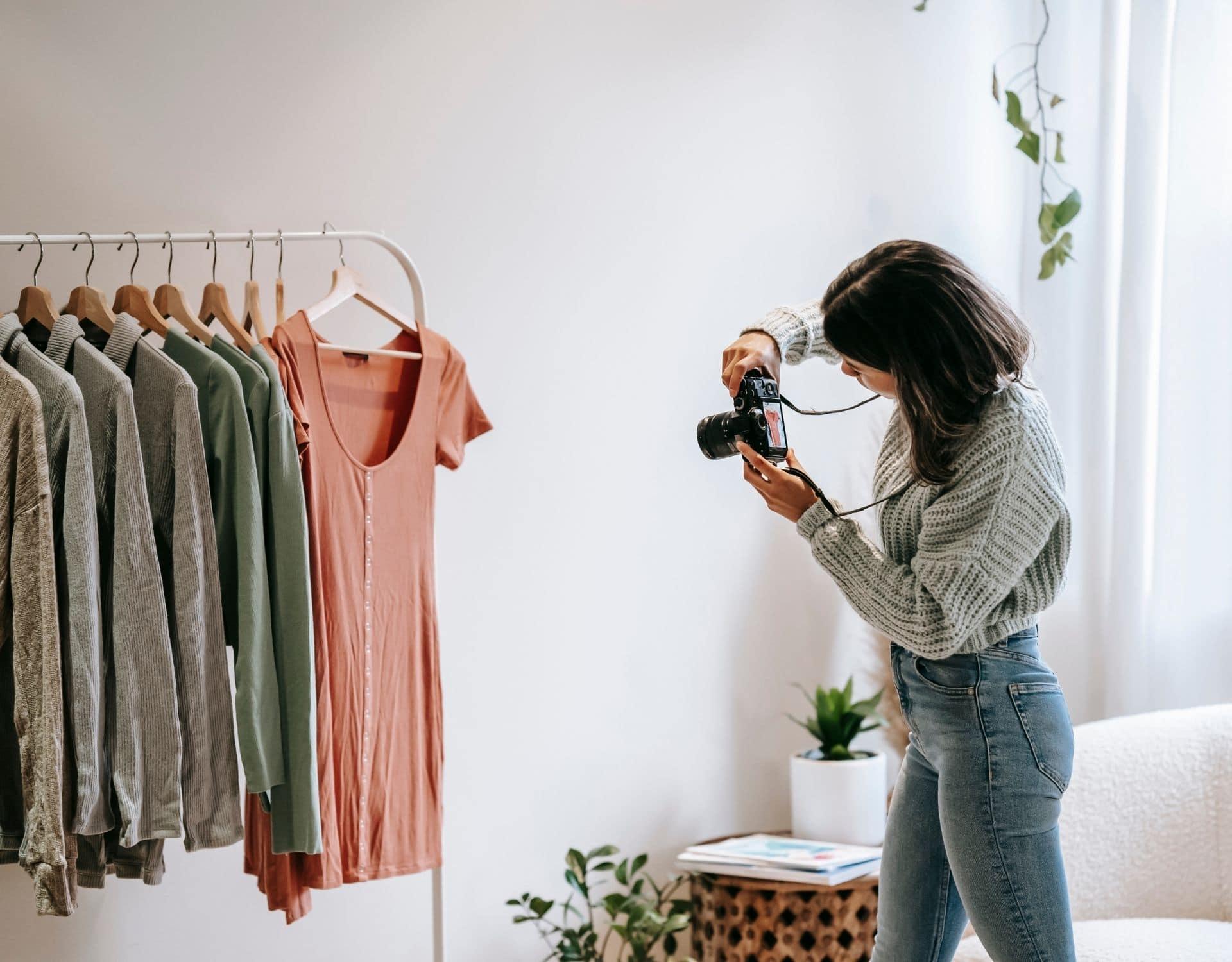 vinted tipps frau macht foto von kleidern