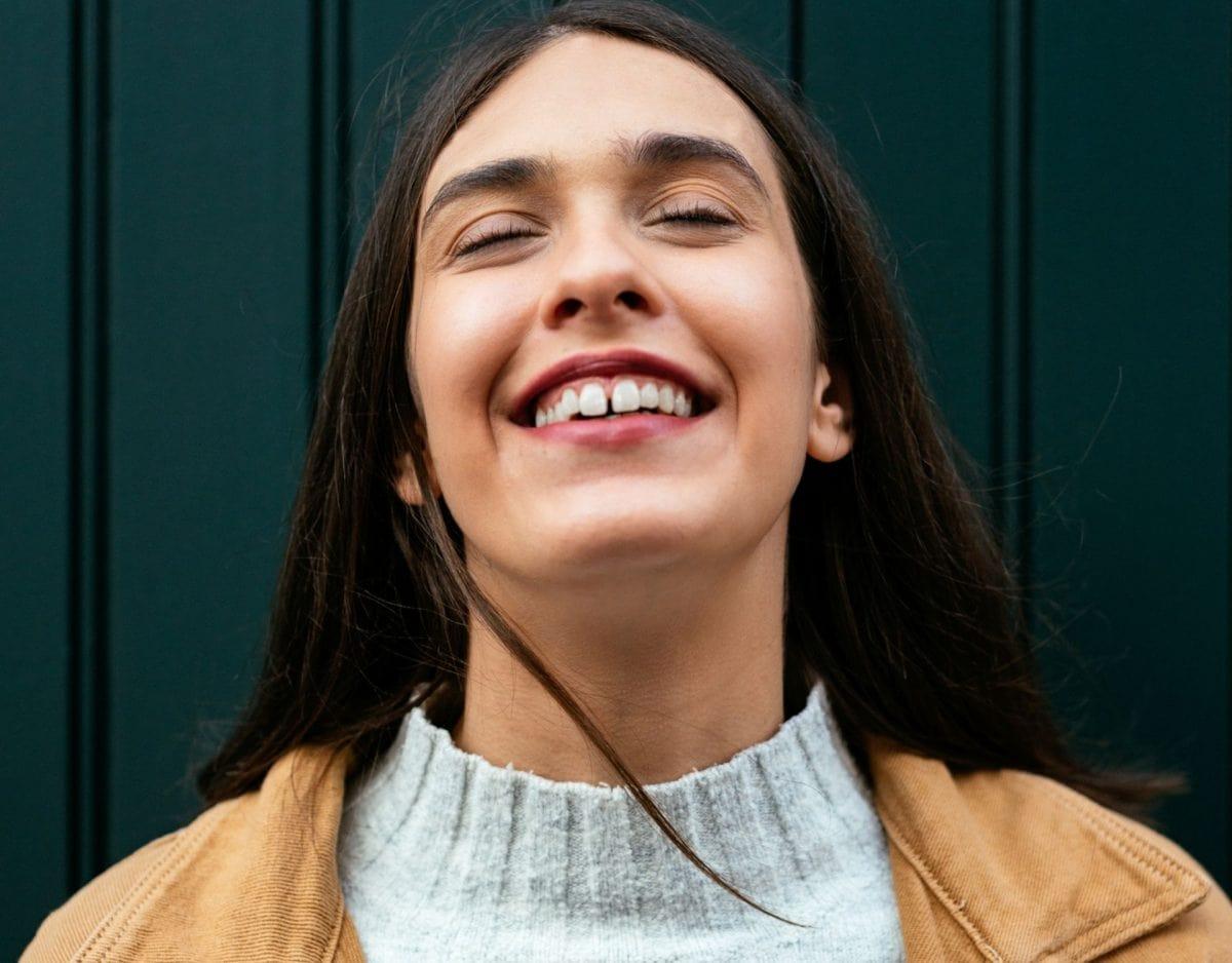 frau lächeln zahnlücke gesicht grinsensonnenstrahl