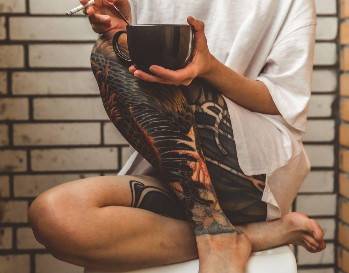 tattoo frau tigarette kaffee rauchen shirt zuhause trend