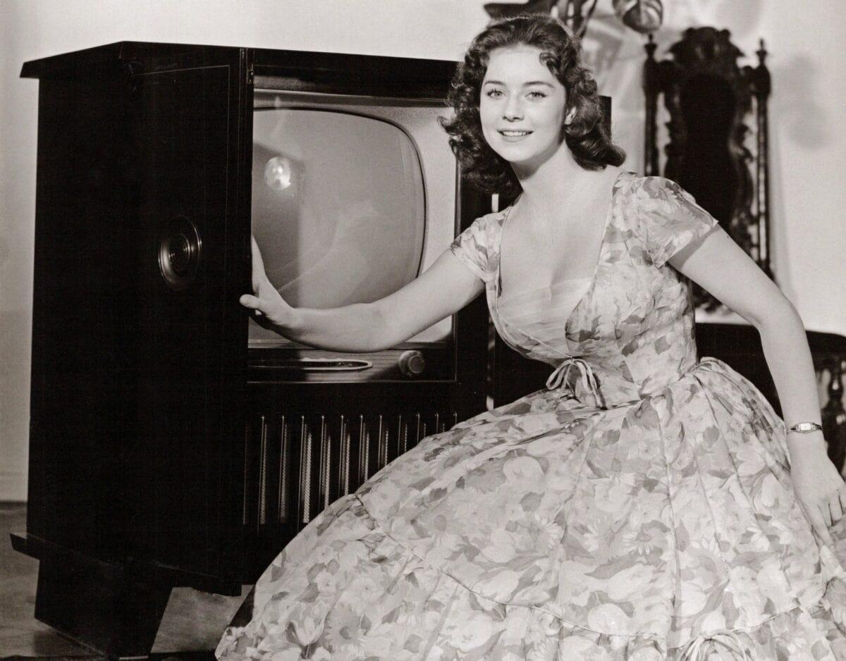 frau 50er fernseher vintage alt kleid hausfrau