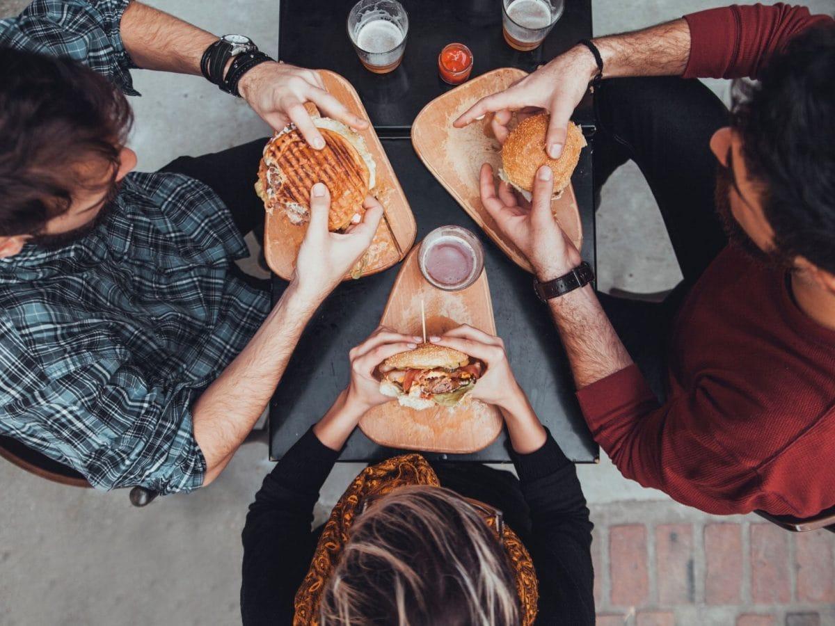 Transfette Drei Leute mit Fast Food von oben