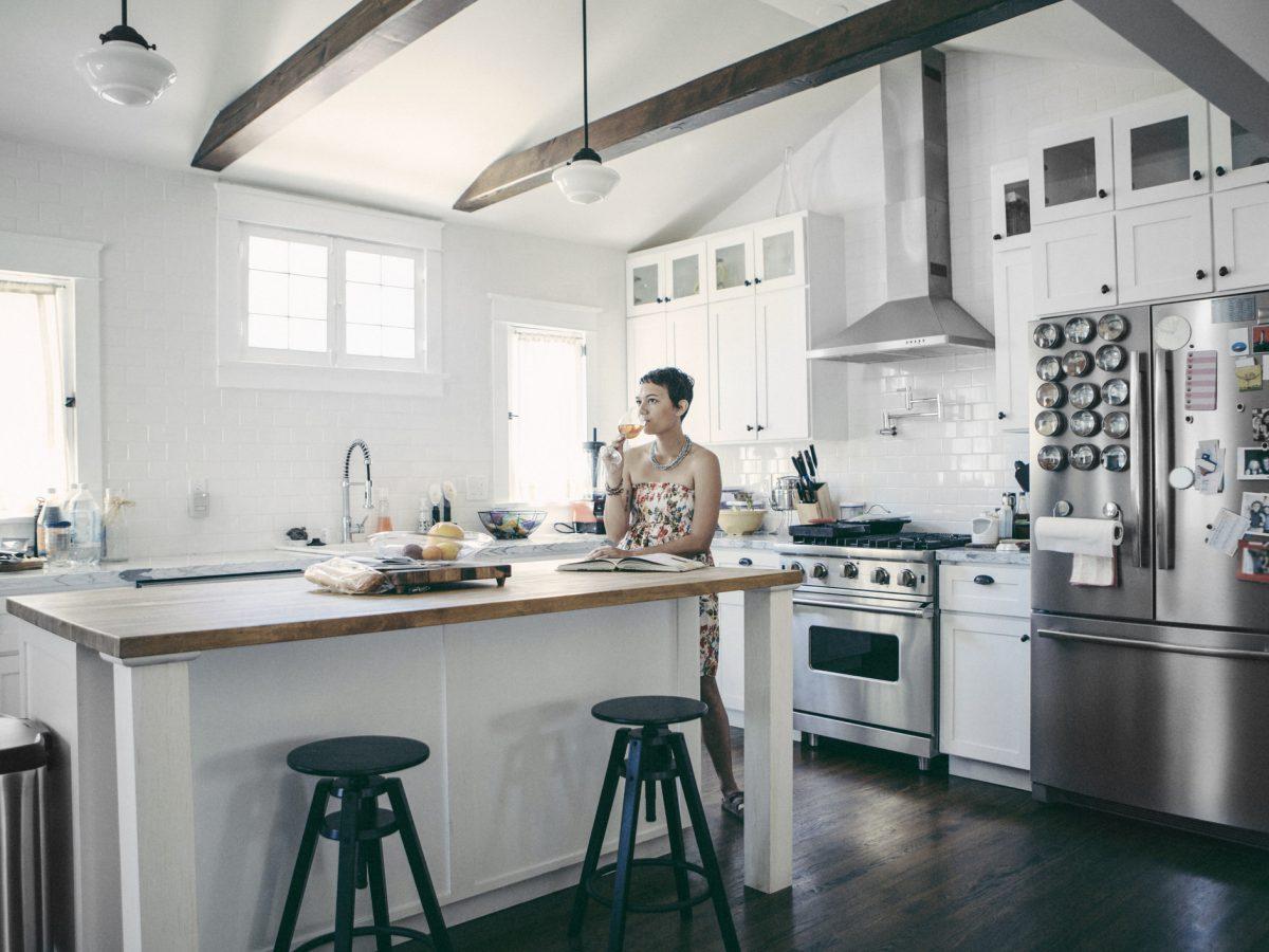Wohnung frau küche sitzen einrichten