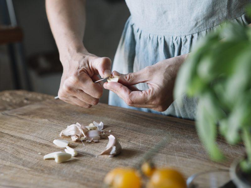 knoblauch kochen schneiden küche frau hände