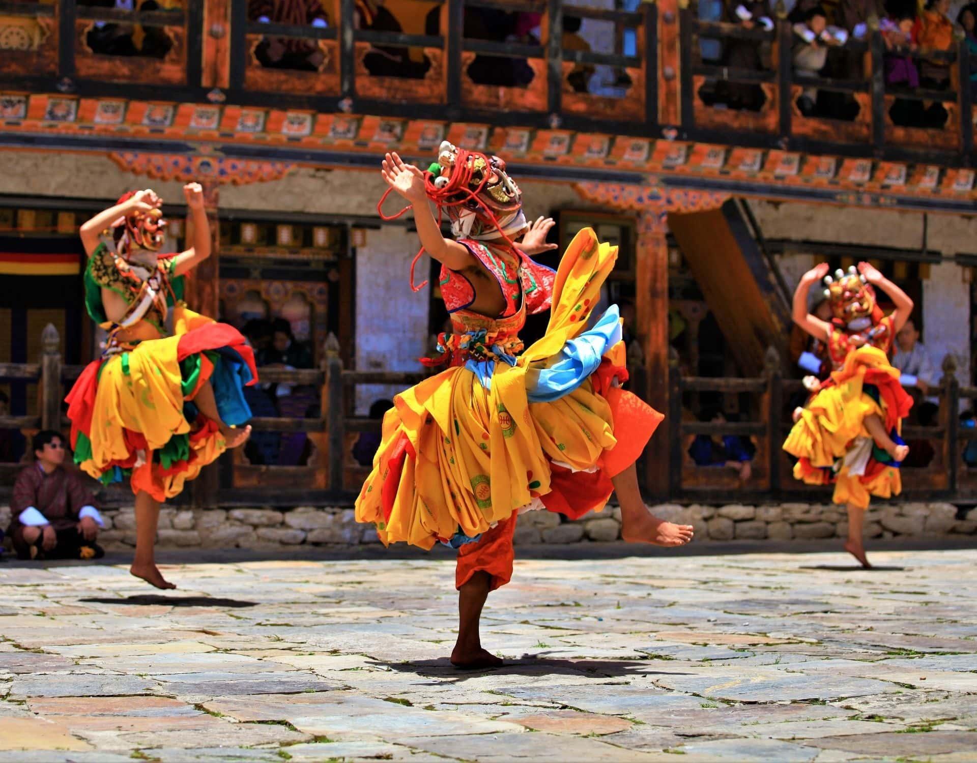 bhutan glücksindex tanzen menschen maske
