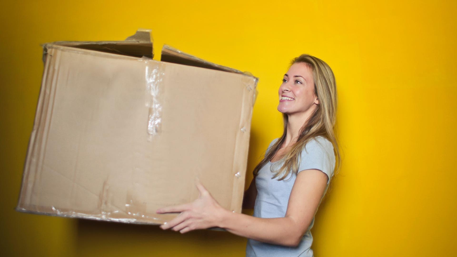 Frau ist glücklich mit großem Paket
