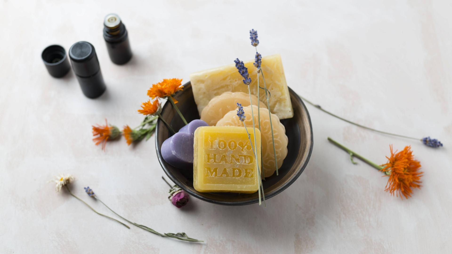 Seifen, Öle und Blumen schön drapiert