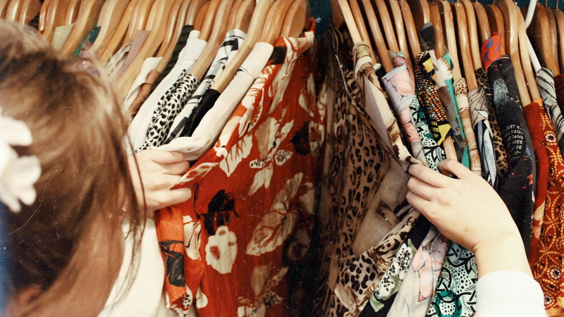Frau durchsucht Kleidung