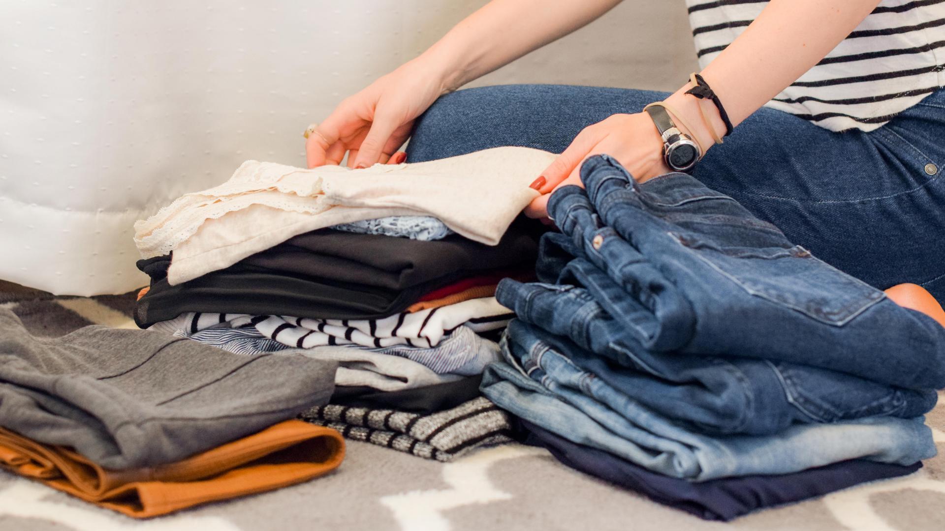 Frau faltet Kleidung