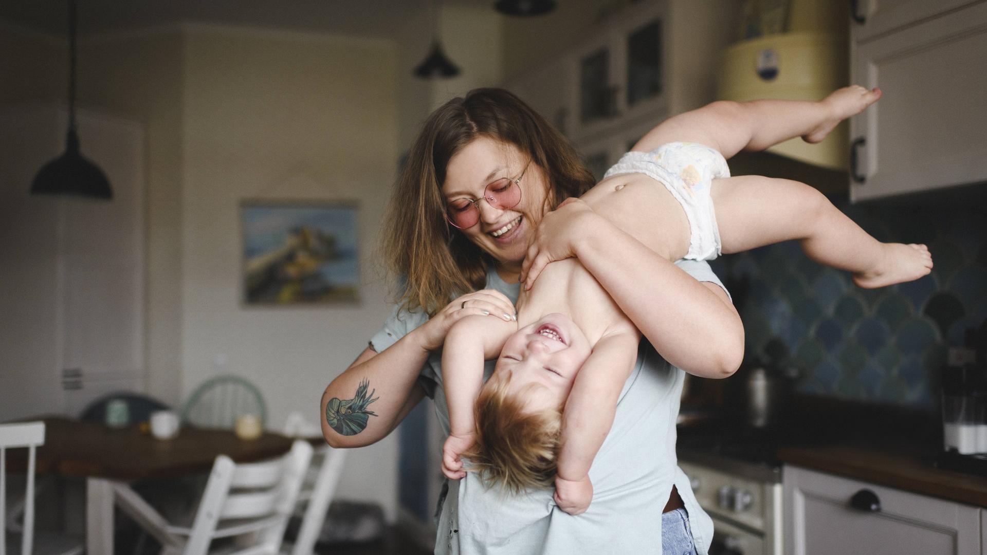 Frau die mit einem Kind spielt