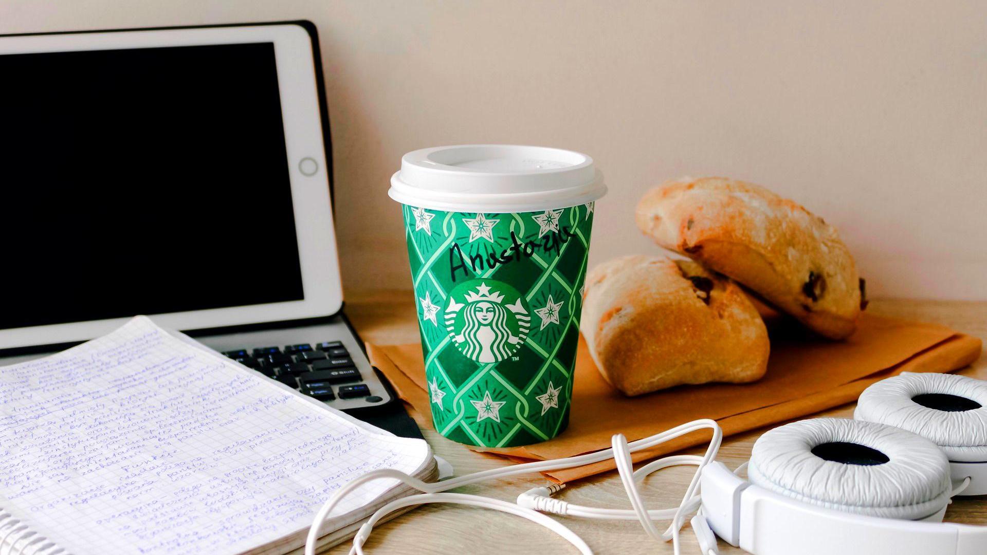 Laptop und Essen am Arbeitsplatz
