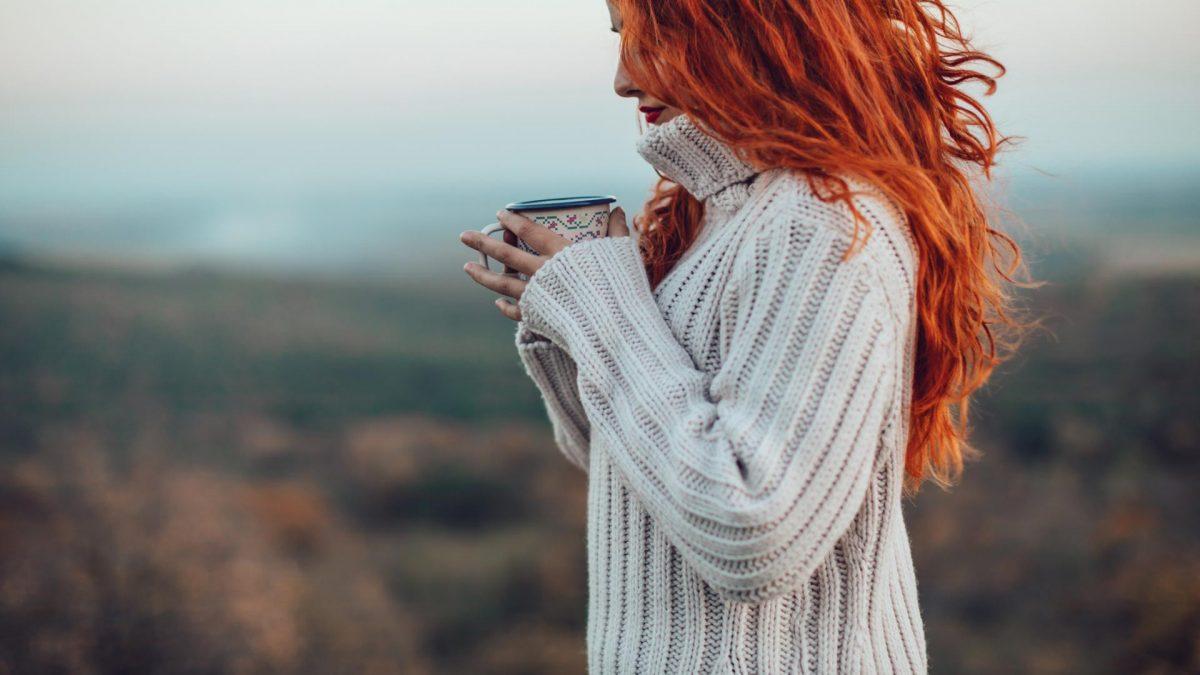 Frau beim Tee trinken, Körper entgiften Hausmittel