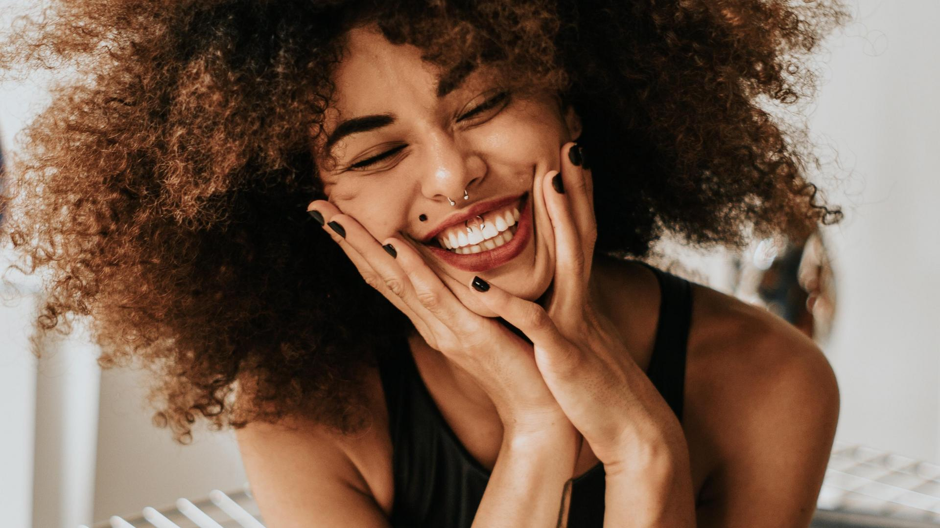 Lächelnde Frau mit tollen Zähnen