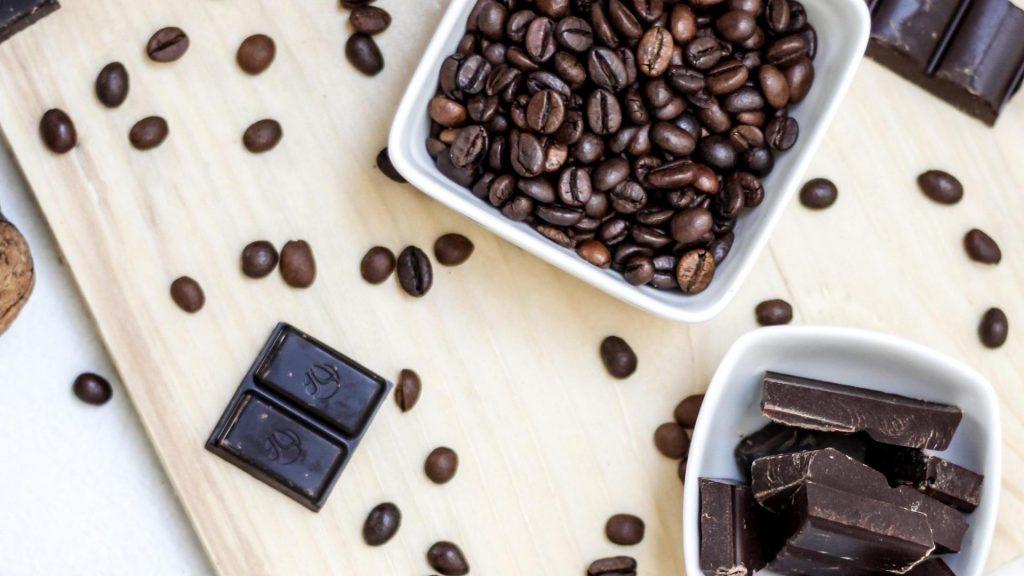 Schokoaldenstück und Kaffeebohnen
