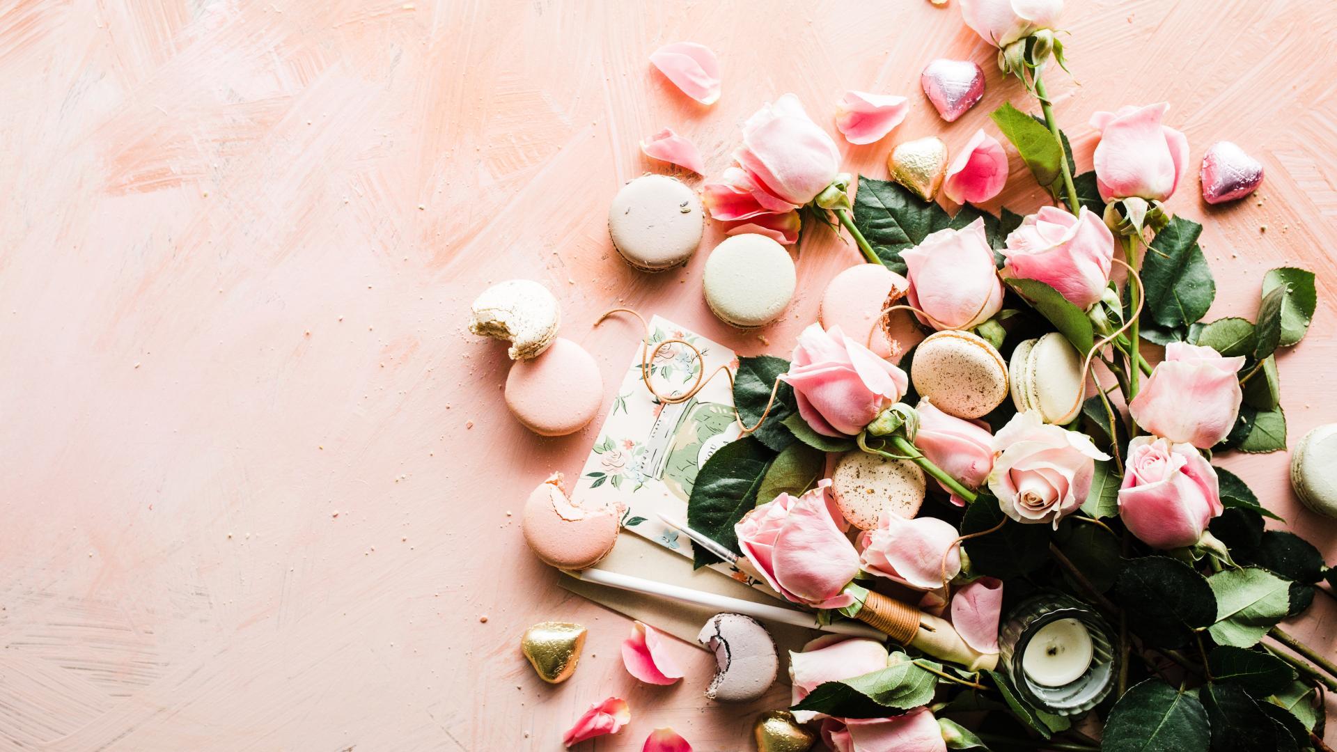 Pinke Rosen und pinke Macarons