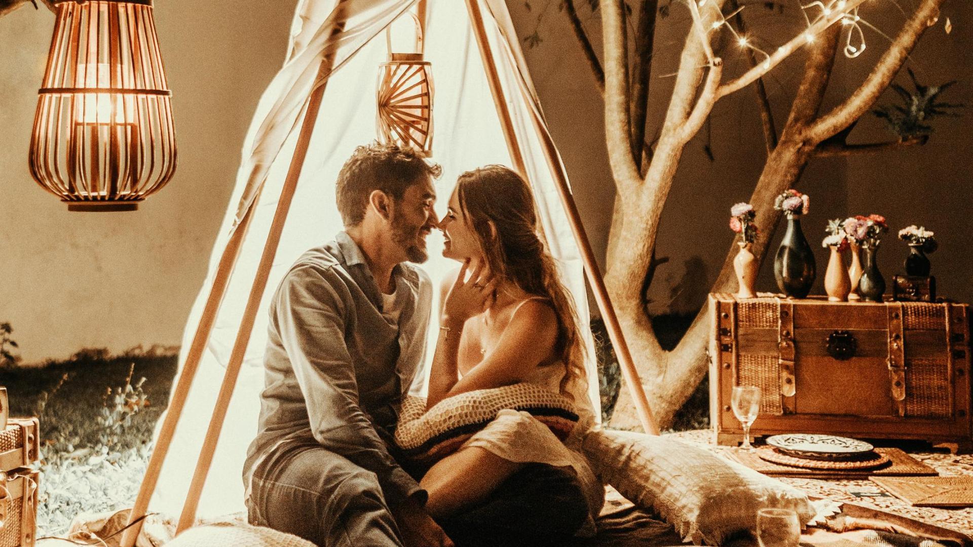 Dating Tipps für Frauen: Pärchen im Zelt