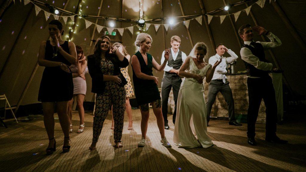 Partygäste tanzen