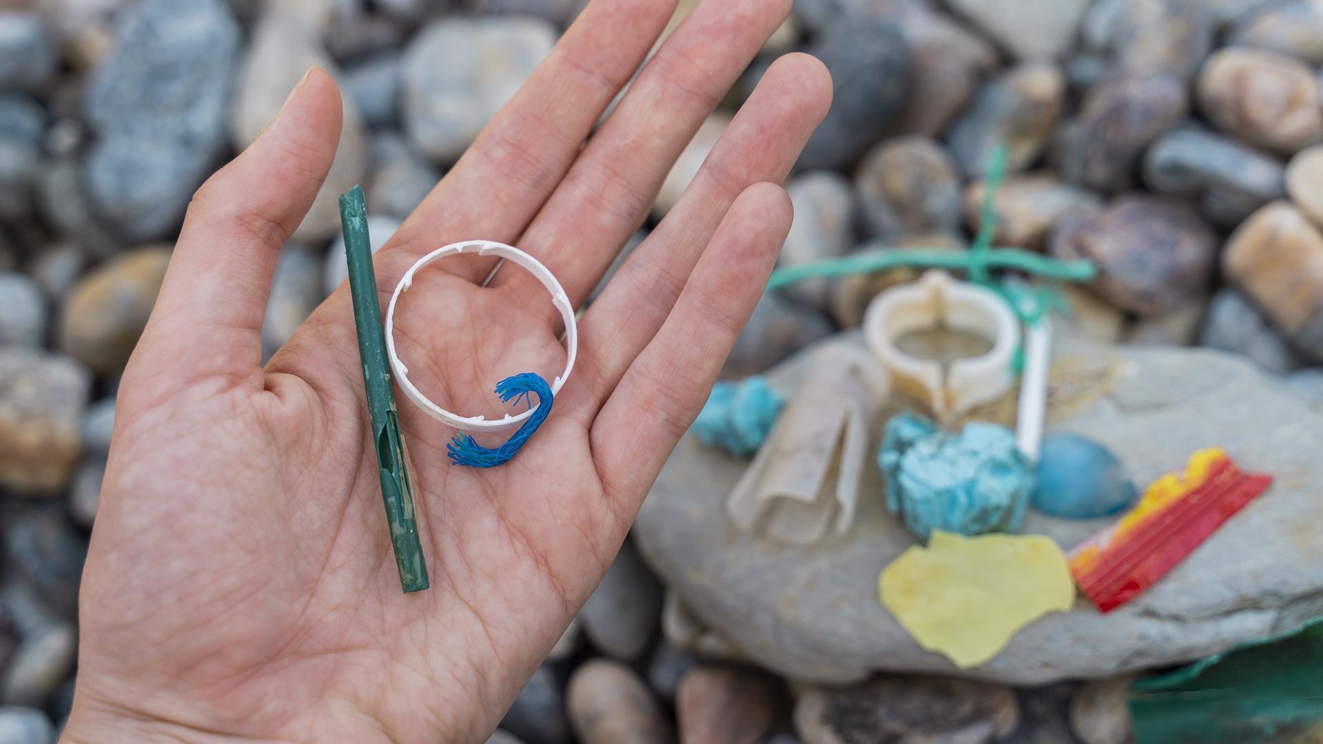 Frau hält Plastikmüll