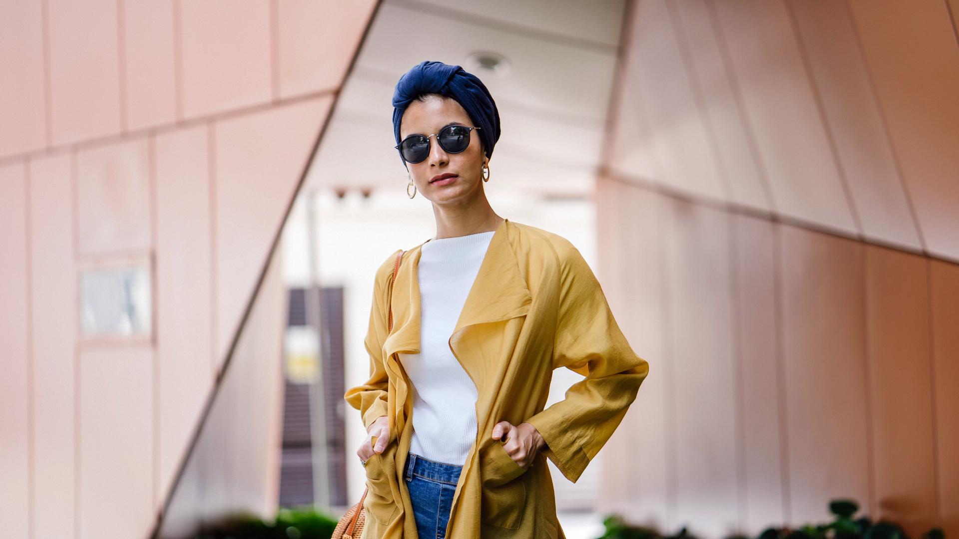 Frau mit gelbem Mantel
