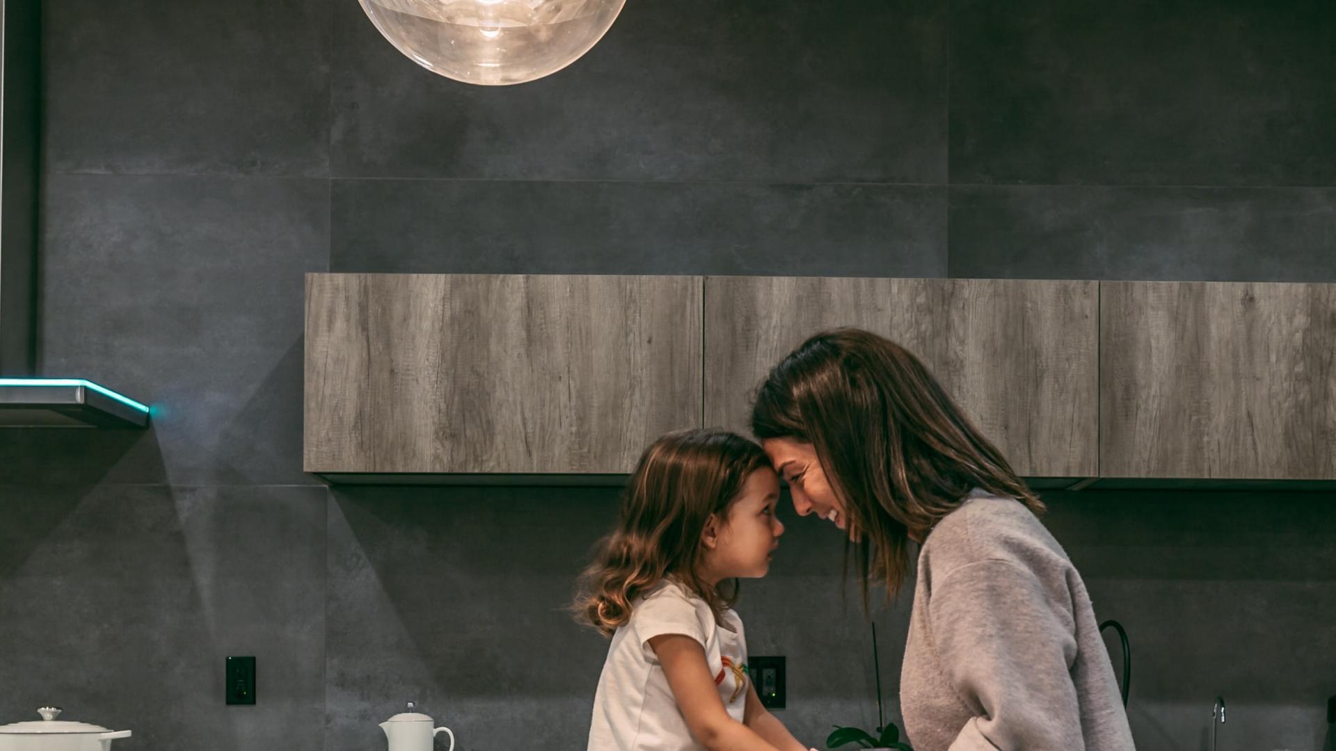 Mama und Tochter in der Küche