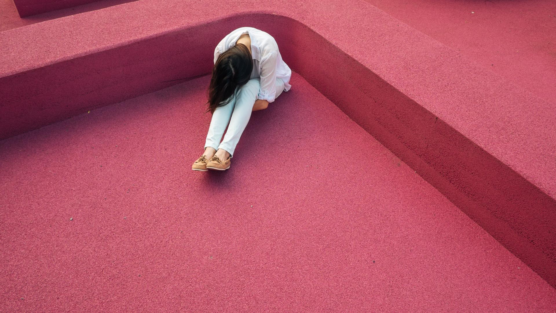 Frau auf Boden