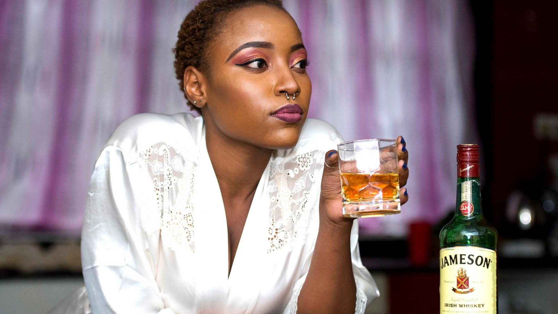 Frau probiert Whiskey Geschmack