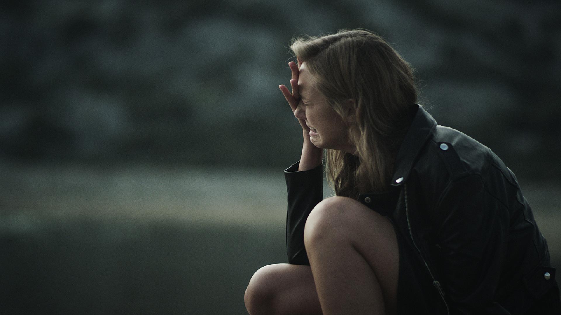 Trennung überwinden: Frau weint