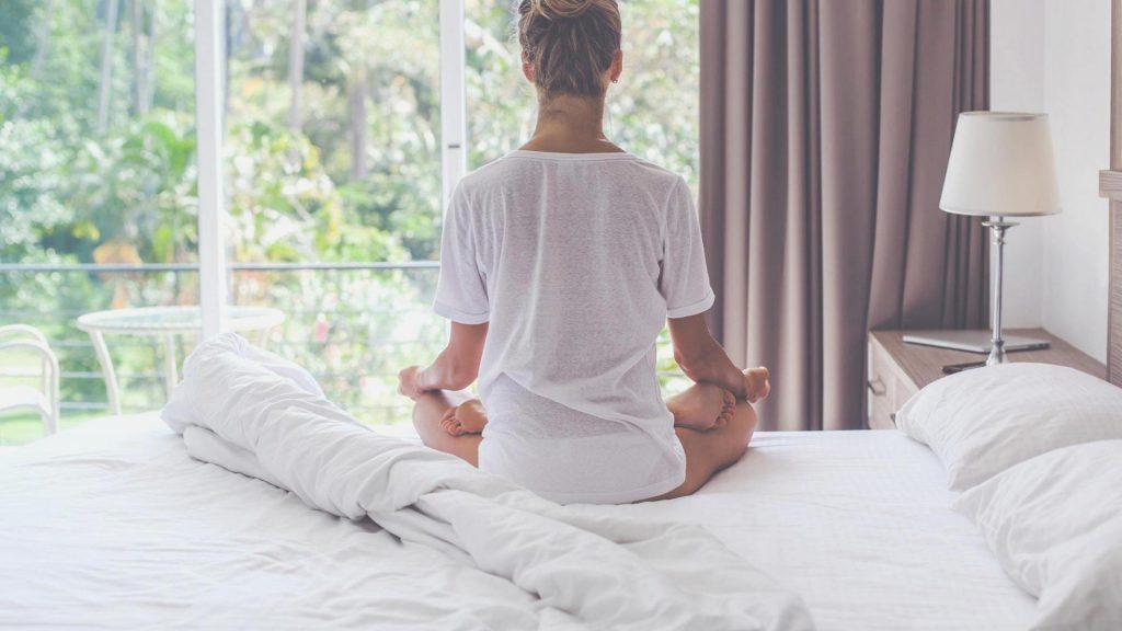 Frau Bett Meditation