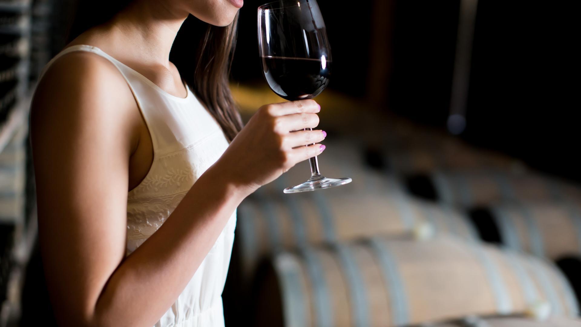 Wein Frau, Weinglas in der Hand, Rotwein