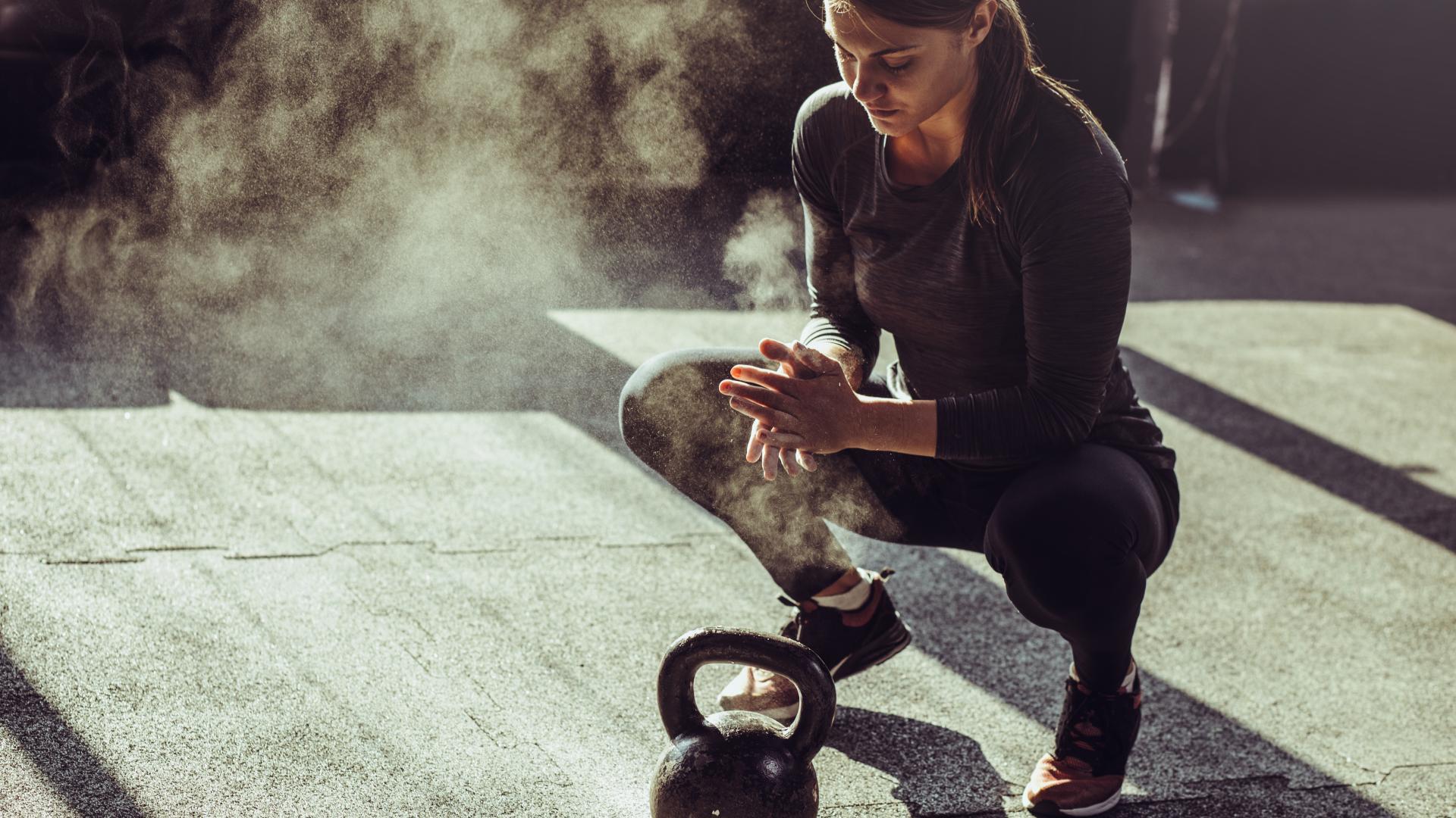 Junge fitte Frau trainiert mit einem Kettleball
