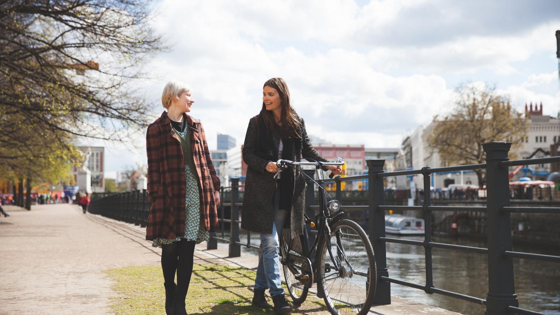Frauen Fahrrad Spazieren