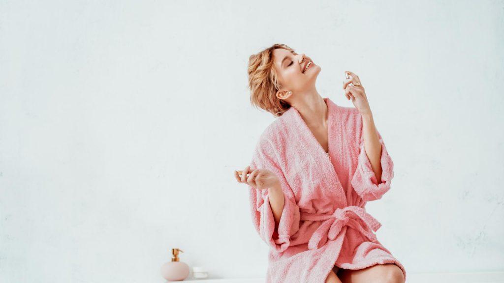 Frau auf Badewanne