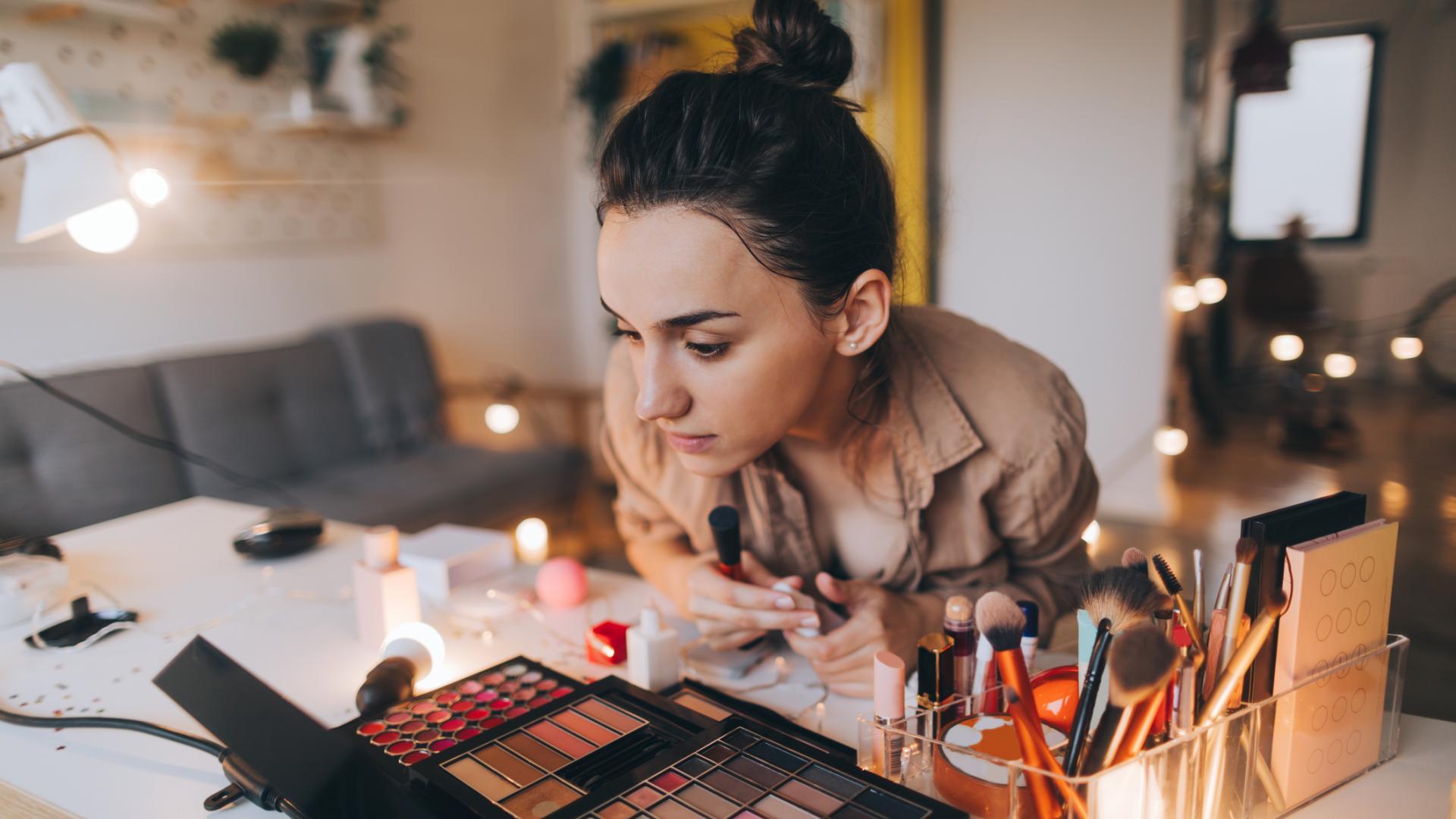 make up frau schminken, zuhause