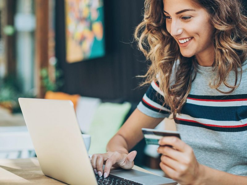 Online Shopping bestellen Frau