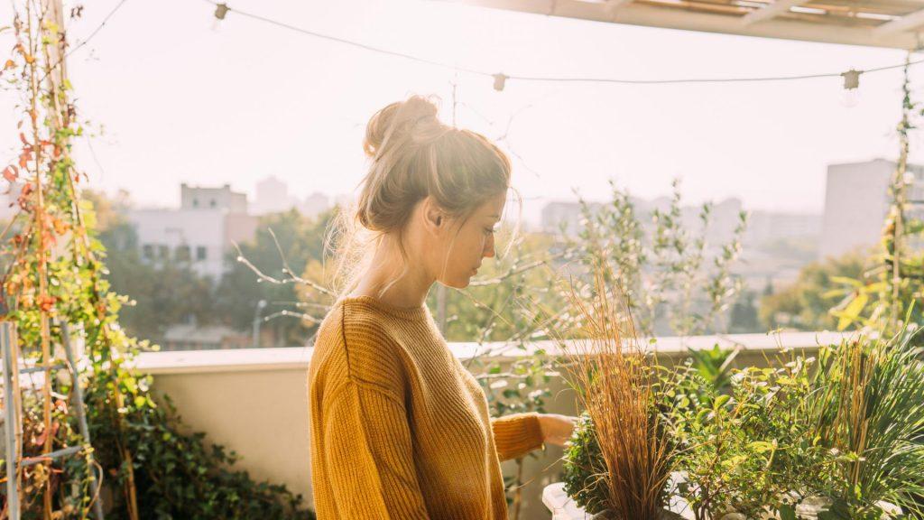 Pflanzen, Balkon gemütlich einrichten Frau sonnenuntergang