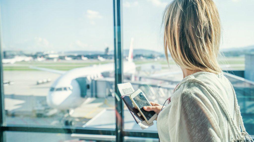 Frau Flughafen Flugzeug