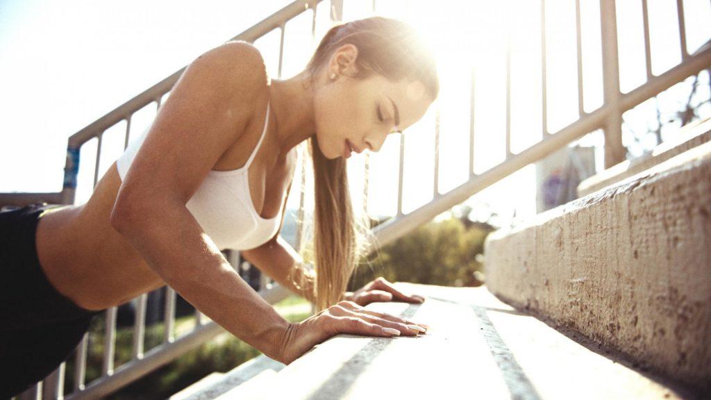 sportliche Frau macht draußen Step Climber, körper entgiften hausmittel