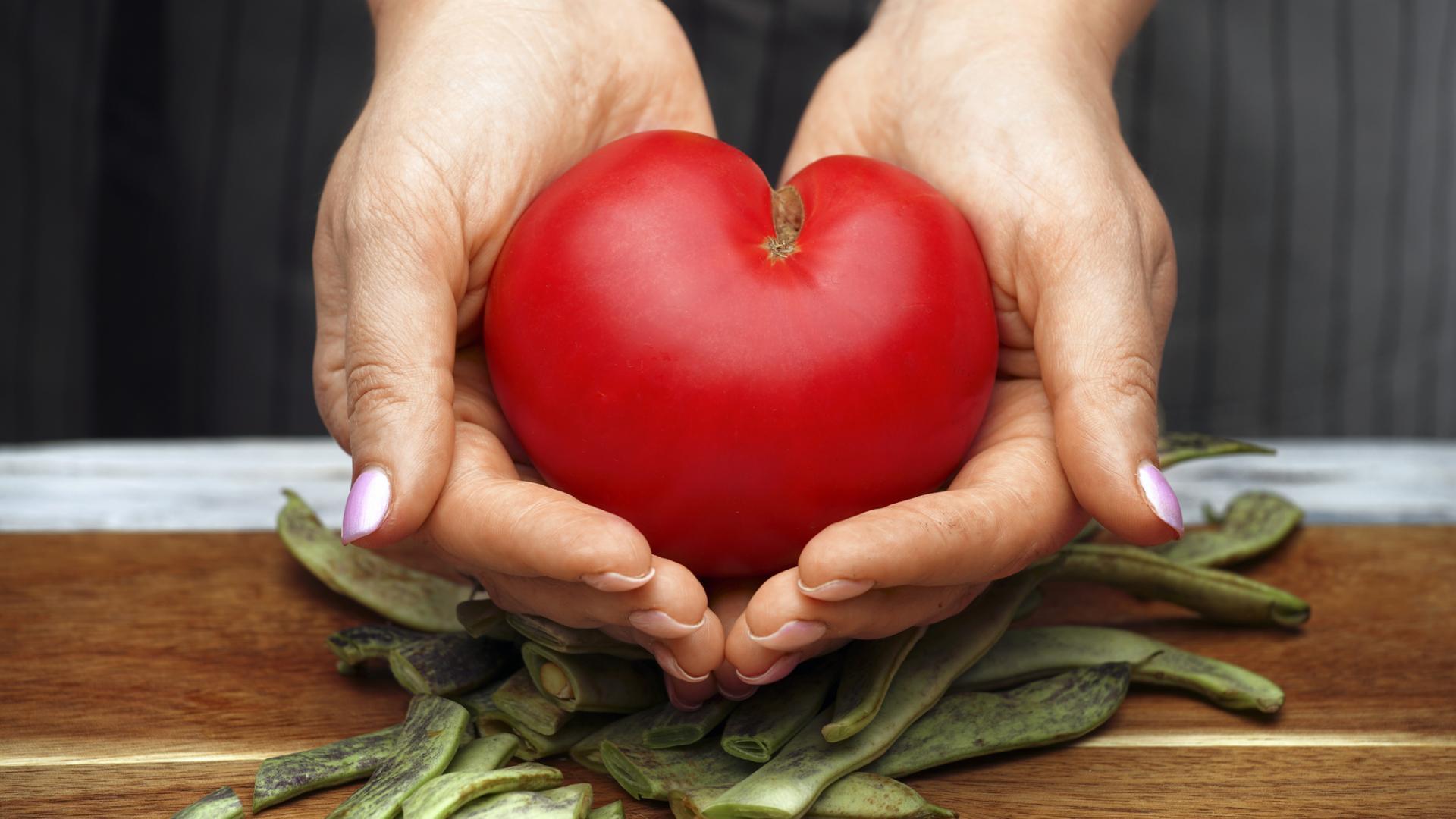 Tomate in Händen herzförmig