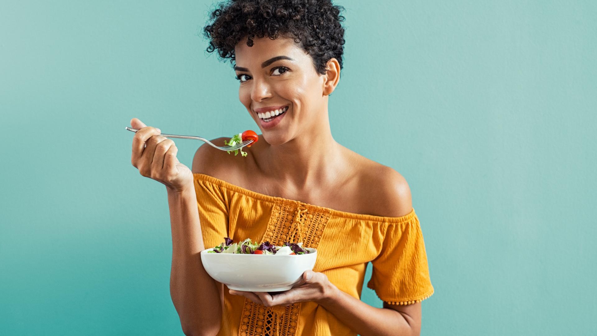 Frau isst Salat lavita kaufen