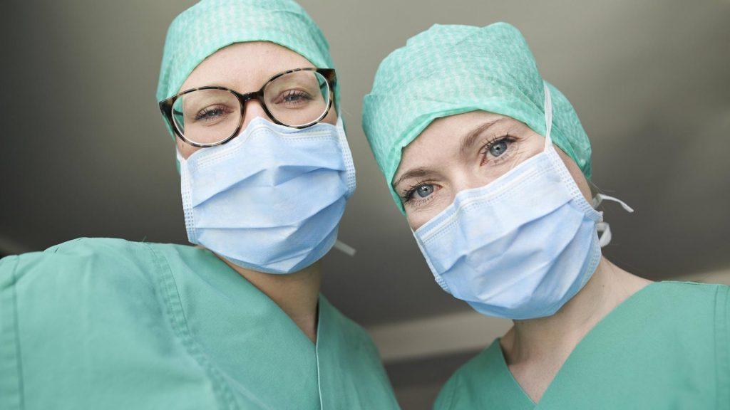 Mundschutz und  Brille Ärztinnen