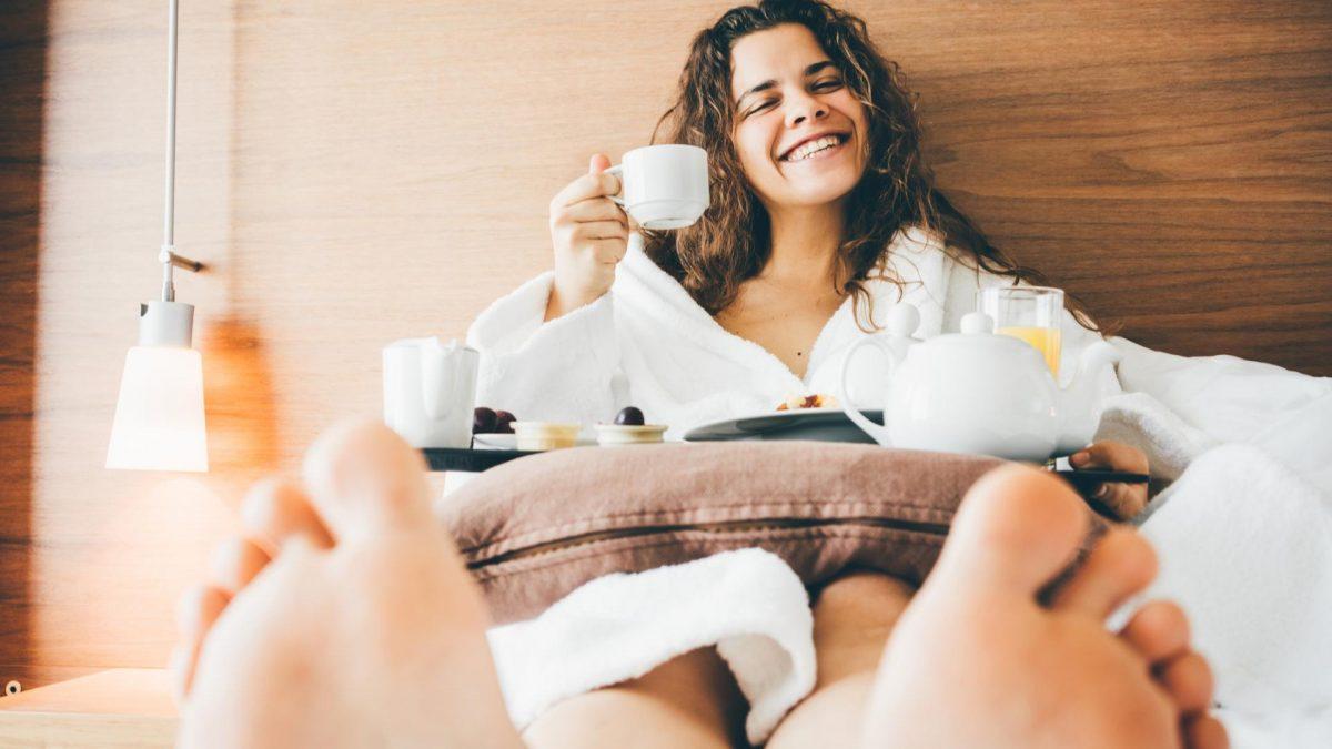 kaffee frühstück bett frau trinken morgen füße bademantel kuschelig