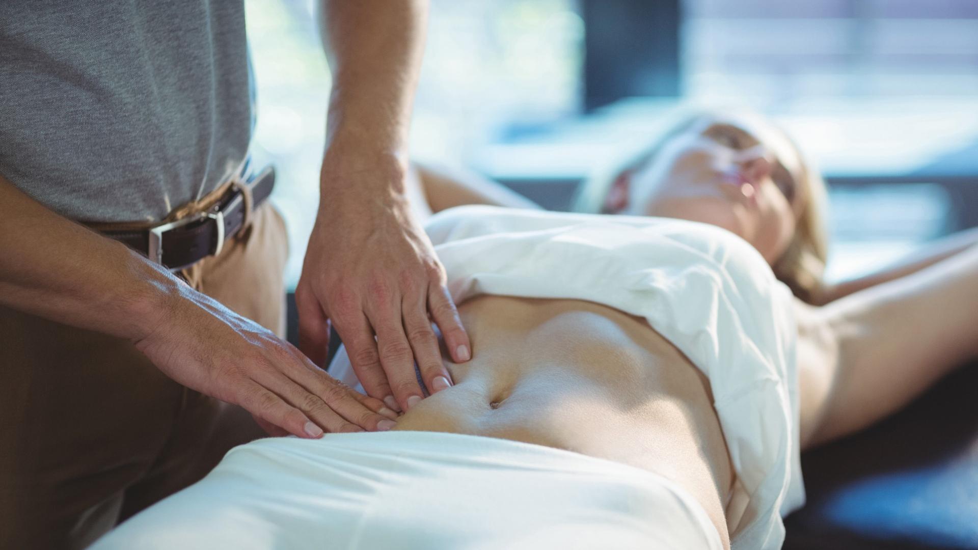 Gezielte Handgriffe: Mit der Physiotherapie nach Angela Heller kann die Rektusdiastase behoben werden.