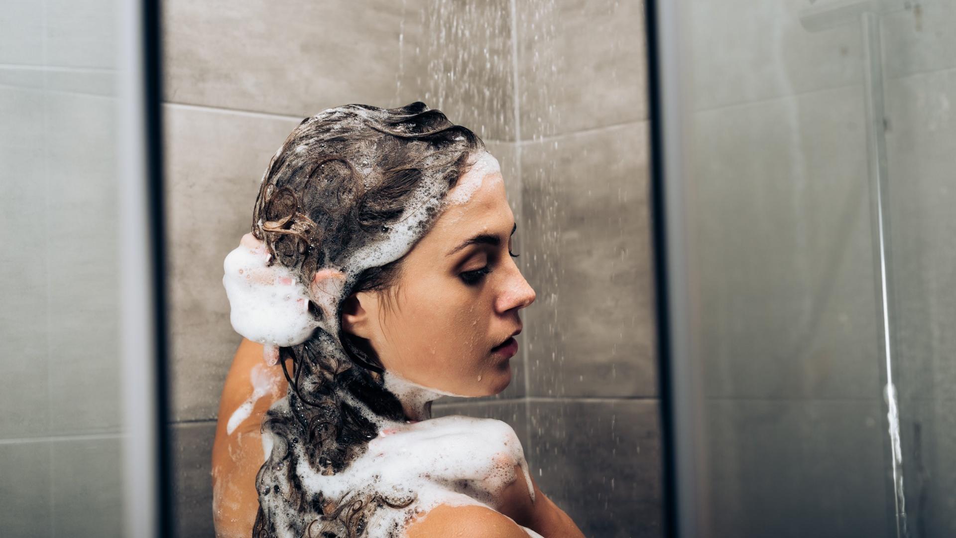 """Fest oder flüssig: Die Auswahl an Shampoos ist groß. """"Stiftung Warentest"""" hat 18 Produkte jetzt getestet."""