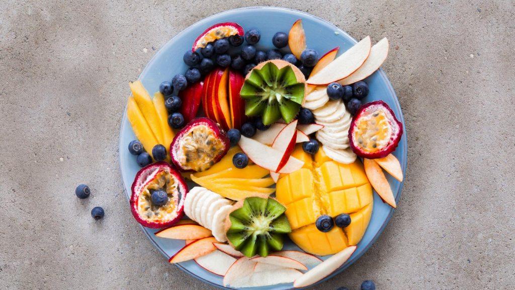 Obstteller mit exotischen Früchten