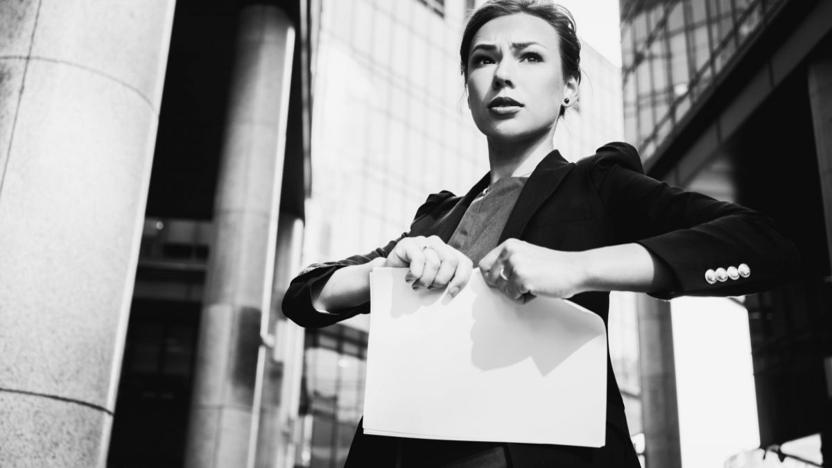 frau business klamotten zerreißt papier