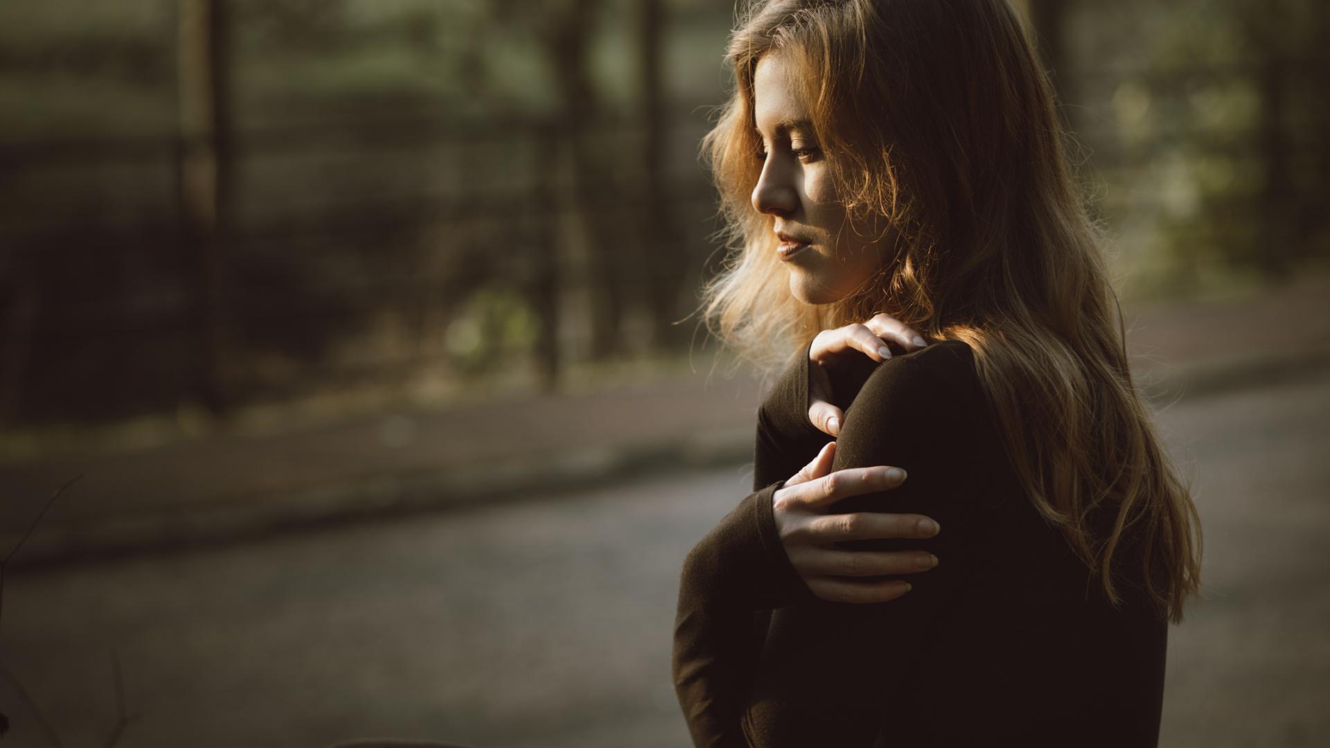 frau umarmung liebe allein