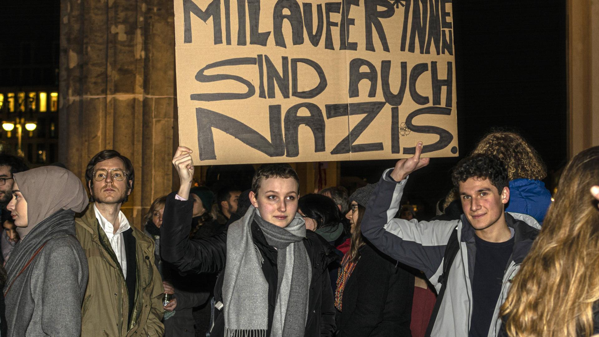 Mit einer spontanen Veranstaltung am Brandenburger-Tor in Berlin gedachten mehrere hundert Menschen den Opfern in Hanau.