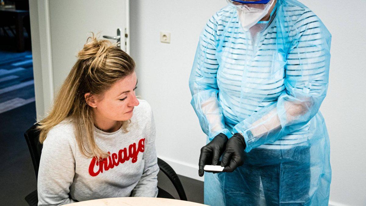 Corona test covid ärztin patient impfung krankenhaus